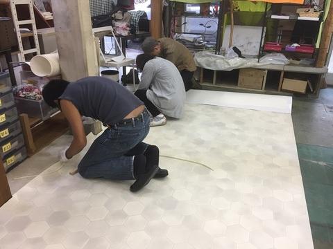 かんでらハウス床張り作業の様子